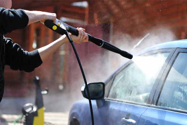 Car wash using pressurised water